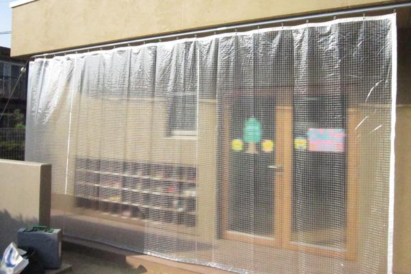 幼稚園・軒下雨降込み防止カーテン(透明糸入り)