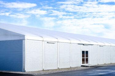 テント倉庫は台風に強い?台風対策や破損時の修理について